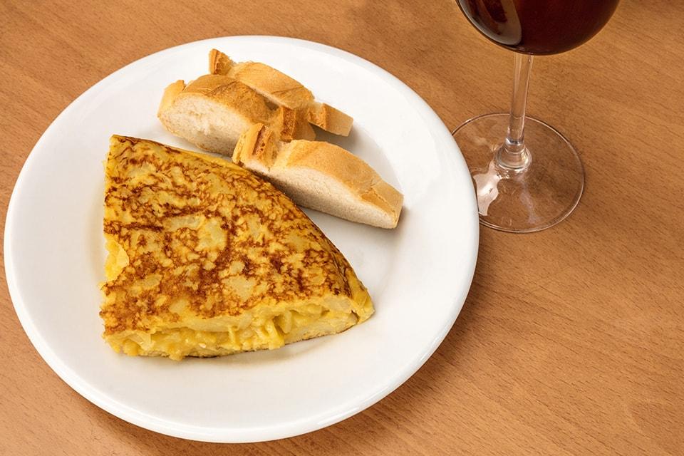 Une omelette accompagnée d'un verre de vin