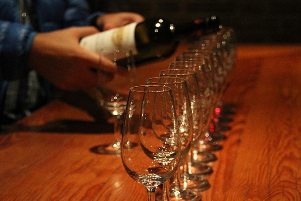 accords mets et vins : Service du vin lors d'une dégustation