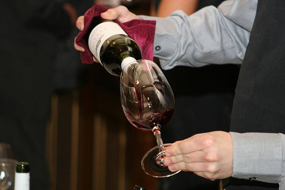 accords mets et vins : Service du vin lors d'une séance de dégustation