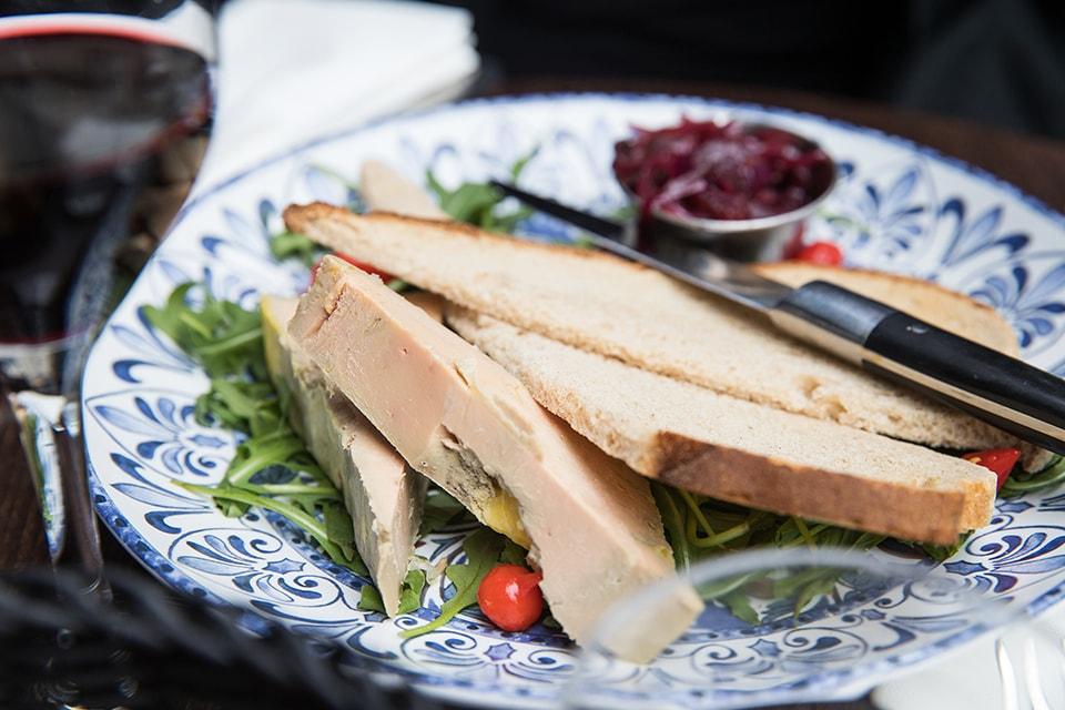 Assiette de foie gras et verre de vin